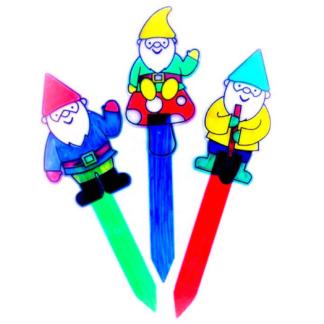 Knutselset met drie tuinstokjes met kabouterdecoratie van acryl om in te kleuren. Leuke knutselset tijdens een thematisch kinderfeestje rond kabouters.