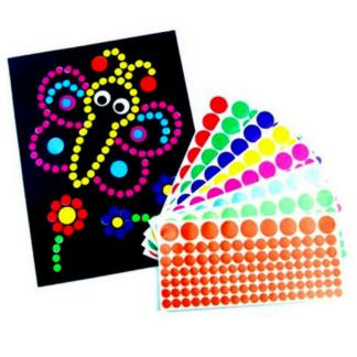 Knutselset met 8 vellen met ontwerp van insecten en 16 stickervellen met zelfklevende stippen in verschillende kleuren om de ontwerpen mee te versieren. Leuk als knutselmoment tijdens een thematisch kinderfeest rond bijen en/of andere insecten.