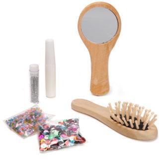 Knutselset bestaat uit een houten haarborstel en spiegel, glitters, lijm en zakjes met pailletten kraaltjes en steentjes. Leuk tijdens elk meidenfeest of thematisch kinderfeest rond de beautyfarm.