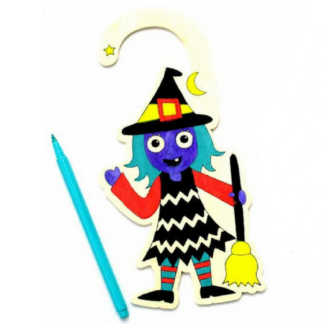 Houten deurhanger met een voorgedrukte afbeelding van een griezel om in te kleuren. Leuk als knutselmoment tijdens een griezel kinderfeestje.