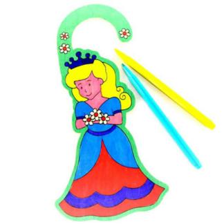 Set van vier houten deurhangers met een voorgedrukte afbeelding van een prinses om in te kleuren. Leuke knutselset tijdens een thematisch kinderfeest rond prinsessen.
