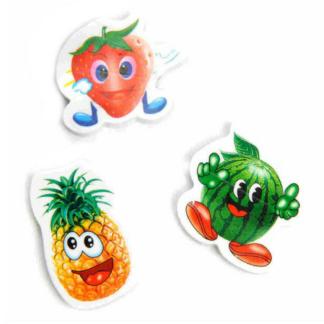 Gom in de vorm van een vrolijk fruitpoppetje. Er zijn verschillende uitvoeringen. Dit is een leukuitdeelcadeautje tijdens een een kinderfeestje.