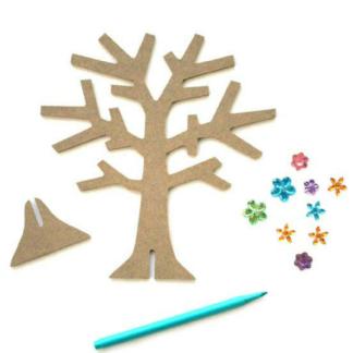 Set van twee houten sieradenbomen om in te kleuren en te versieren. Leuke knutselset tijdens elk meidenfeest.