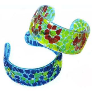 Knutselset van zes armbandenvan acryl met mozaïekstructuur om in te kleuren. Leuke knutselset tijdens een meidenfeest of een thematisch kinderfeest rond de beautyfarm.