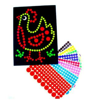 Knutselset met 8 vellen met boerderijontwerp en 16 stickervellen met zelfklevende stippen in verschillende kleuren om de ontwerpen mee te versieren. Leuk als knutselmoment tijdens een thematisch kinderfeest rond de boerderij.