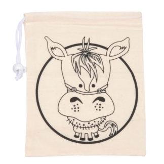 Katoenen zakje met een afbeelding van een paard erop om in te kleuren, inclusief een koordje om het zakje af te sluiten. Leuk voor een knutselmoment tijdens een kinderfeestje.