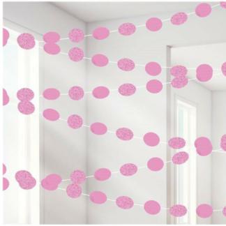 Hangdecoratie bestaande uit zes plastieken touwen met ovalen decoraties in roze folie en glitter folie.