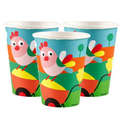 Kartonnen bekers met een afbeelding van een kip en een kuiken op een kruiwagen.