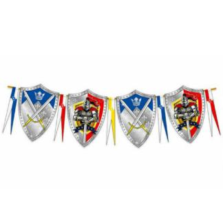 Vlaggenlijn met vlaggen in de vorm van ridderschilden met afbeelding van een ridder met zwaard of van gekruiste zwaarden. Leuke versiering tijdens een ridderfeest.