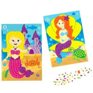 Twee kaarten met een afbeelding van een zeemeermin en kleine mozaïektegeltjes om de kaarten te versieren. Leuke knutselset tijdens een kinderfeestje.