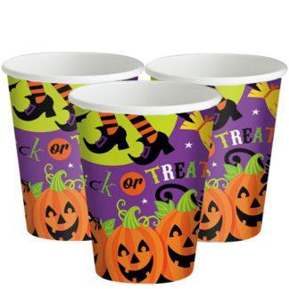 """Kartonnen bekers met Halloween afbeelding en opdruk van """"Trick or treat"""". Leuke tafeldecoratie tijdens een Halloween kinderfeest."""