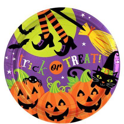 Kartonnen bord met een afbeelding van pompoenen, heksenbenen, heksenbezem, zwarte kat en vleermuizen. Leuke tafeldecoratie tijdens een thematisch kinderfeest rond Halloween.