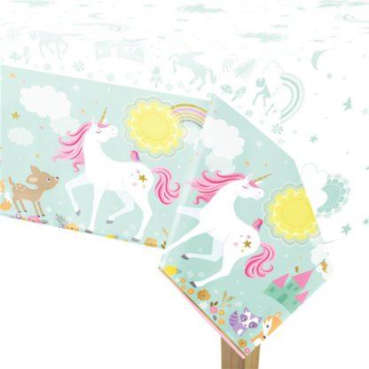 Tafelkleed met onderrand met opdruk van eenhoorns, omringd door bloemen, regenbogen en bosdieren. Leuke decoratie voor een thema kinderfeest rond eenhoorns.