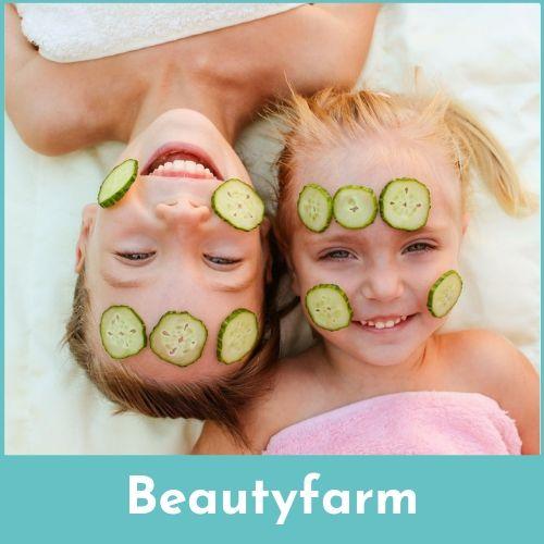 Twee lachende meisjes met een gezichtsmasker van komkommers