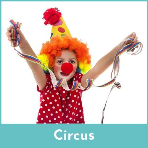 Meisje verkleed als clown met een rode clownsneus op een slinger in de handen