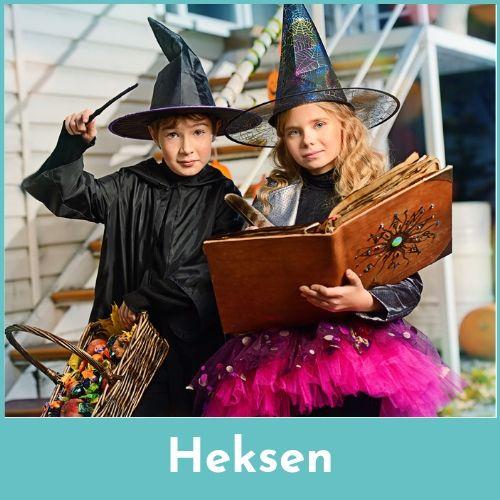 Meisje verkleed als heks met een toverboek in de handen en jongen verkleed als tovenaar met een stok in de handen