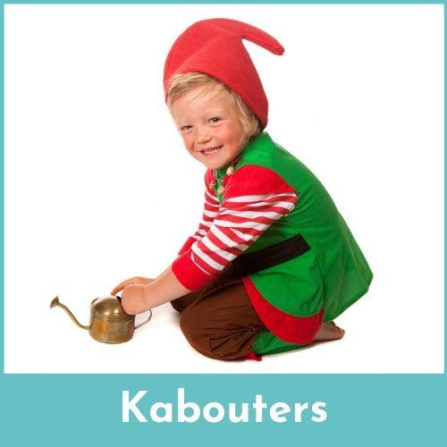Lachende jongen verkleed als een kabouter met een gieter in de handen