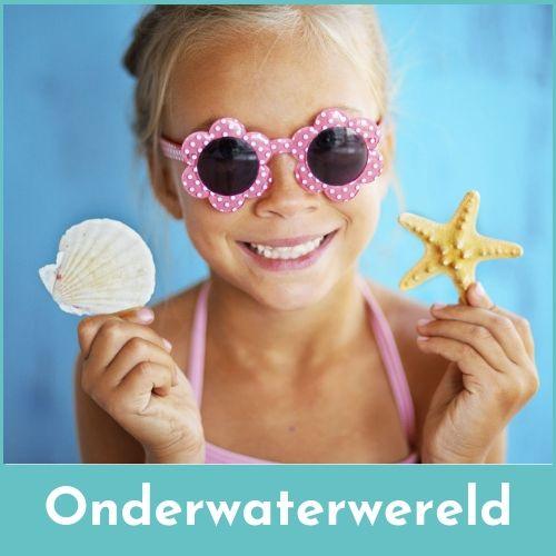 Lachend meisje met een roze zonnebril op en een zeeschelp in de ene hand en een zeester in de andere hand