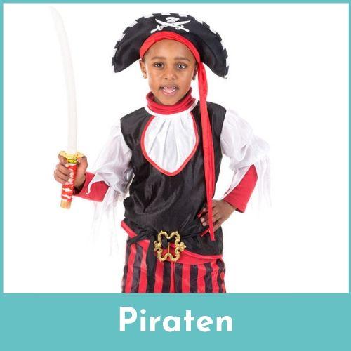 Donkere jongen verkleed als een piraat met een zwaard in de handen