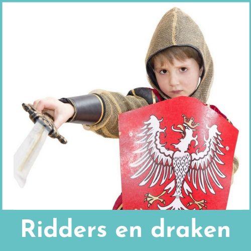 Jongen verkleed als ridder met een zwaard en ridderschild in de handen