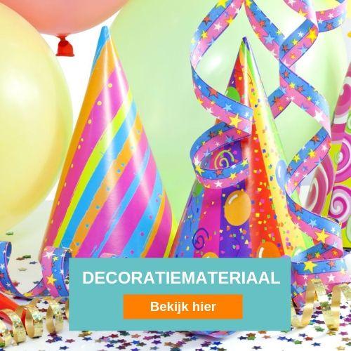 veelgekleurde feestversiering bestaande uit feesthoeden, slingers en confetti