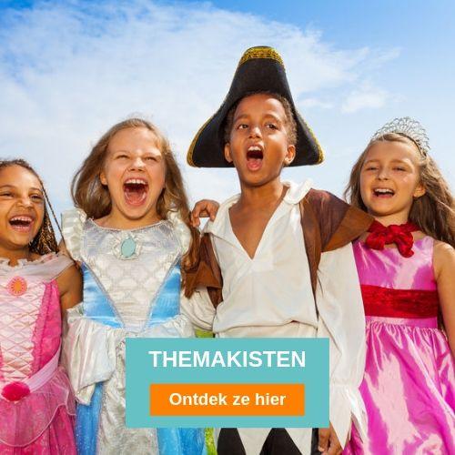 donkere jongen verkleed als piraat en drie lachende meisjes verkleed als prinsessen in de open lucht