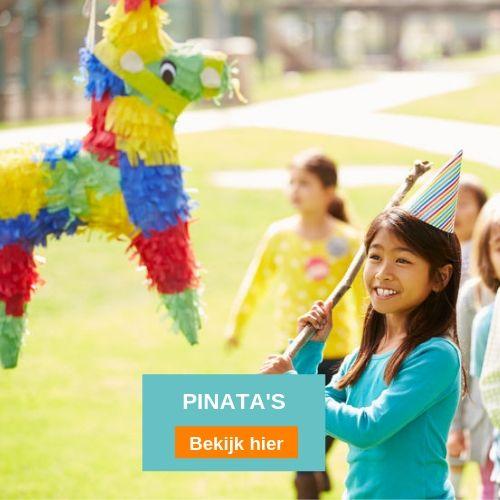 Meisje met feesthoed op en stok in de handen die op een pinata slaat in de open lucht