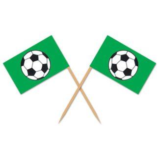 Houten prikkers met een groen rechthoekige vlaggetje met een print van een zwart/witte voetbal.
