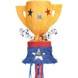 piñata in de vorm van een trofee beker. De beker is geel met gekleurde sterren en heeft een blauw/rode voet, inclusief trekkoorden.
