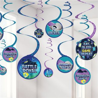 """Hangdecoratie bestaande uit 12 verschillende spiraalslingers met onderhangers in het thema van Battle Royal. Op de onderhangers staan tekstopdrukken zoals """"Battle Royal"""", """"Storm the party"""", """"Hacker"""", """"Legendary gamer"""" en """"Eat sleep game repeat""""."""