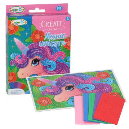 knutselset bestaat uit een kaart met een afbeelding van een eenhoorn en 250 zelfklevende foam stickers in verschillende kleuren