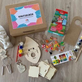 kartonnen doos met knutselmateriaal rond het thema van kabouters en bosdieren