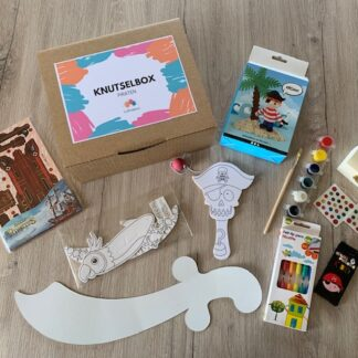 kartonnen doos met knutselmateriaal in piraten thema