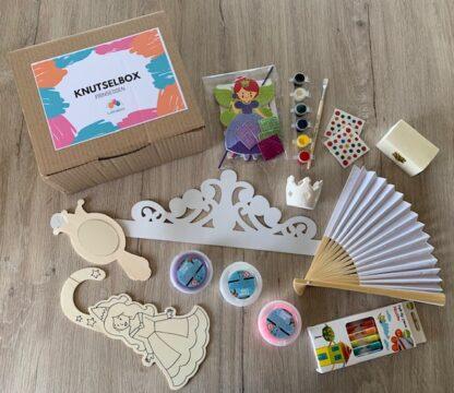 kartonnen doos met knutselmateriaal in prinsessenthema